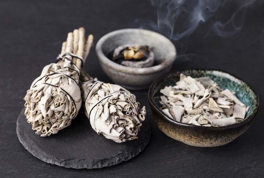 Rituali di purificazione: ripulire le energie bruciando salvia e incensi