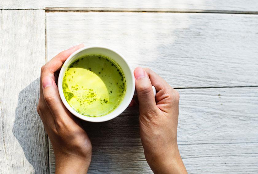 Una tazza di tè caldo: la bevanda del benessere per l'estate (a cui non avresti mai pensato)